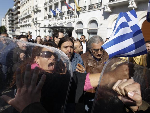 Manifestantes entram em confronto com a polícia em Atenas, nesta sexta (Foto: Reuters)