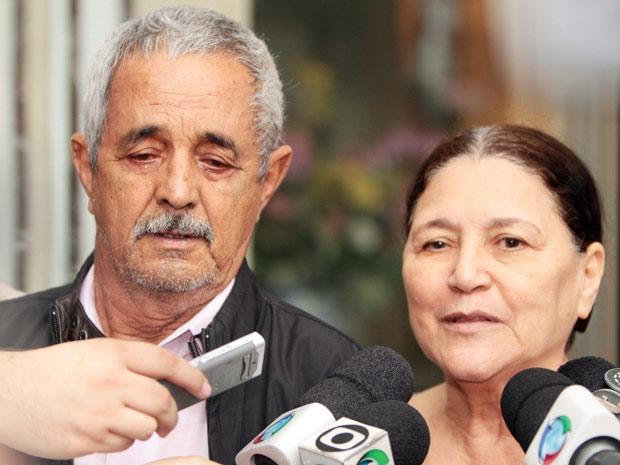 Francisco e Helena falaram com a imprensa na saída do Hospital Santa Cruz, em Curitiba (Foto: Agência Estado)
