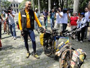 Danilo apresenta a 'companheira' inseparável na viagem (Foto: Alex Araújo/G1)