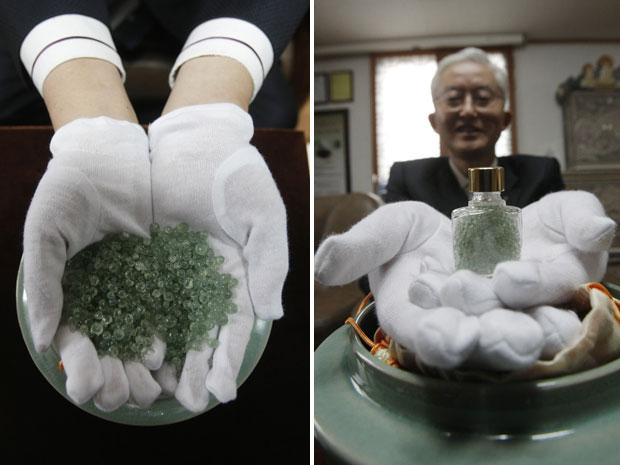 Kim Il-nam mostra as cinzas de seu pai após processo de cristalização oferecido pelo crematório (Foto: Ahn Young-joon/AP)