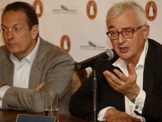 Luiz Schwarcz(e), editor da Companhia da Letras, e John Makinson, editor executivo da Penguin, concedem entrevista coletiva nesta segunda-feira (5). (Foto: Nilton Fukuda/Agência Estado)