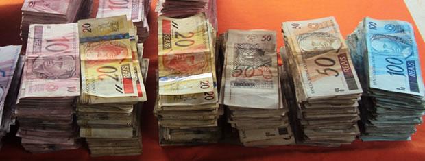 dinheiro recuperado de roubo a banco (Foto: Polícia Militar)
