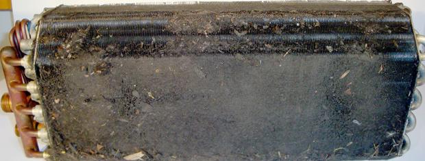 Situação de um evaporador que não teve o filtro trocado ou não tinha filtro aplicado no veículo (Foto: Divulgação/Freudenberg)