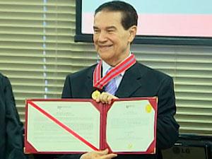 Ivete Sangalo recebe medalha do Mérito do Ministério Público da BA (Foto: Reprodução/ TVBA)