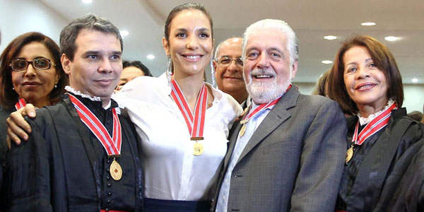 Ivete Sangalo recebe medalha do Mérito do Ministério Público da BA (Foto: Manu Dias/Secom )