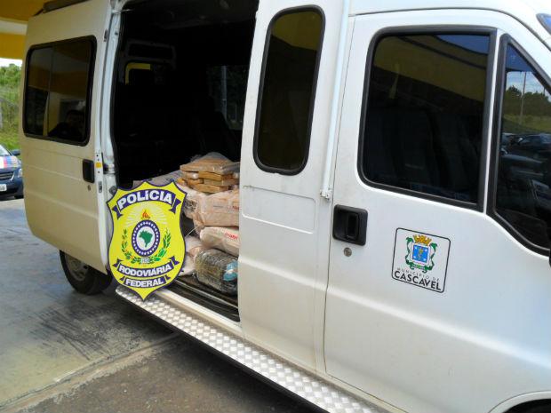 Havia cerca de 280kg de maconha dentro da van (Foto: Divulgação/PRF)