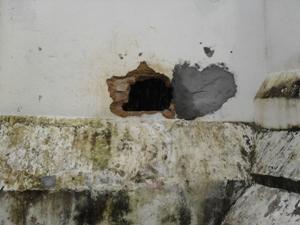 Detentos de Gandu fogem através de pequeno buraco (Foto: Elton da Hora/Rádio Patrulha)