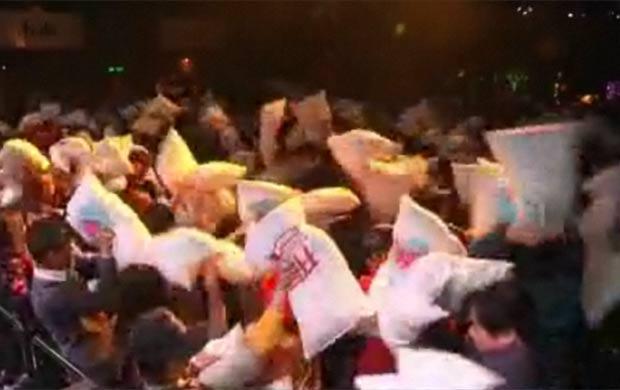 Chineses travam luta de travesseiros para combater estresse. (Foto: Reprodução/Vídeo)
