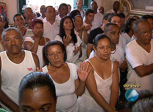 Fiéis lotam Igreja do Bonfim, em Salvador, na última sexta-feira do ano (Foto: Reprodução/TV Bahia)
