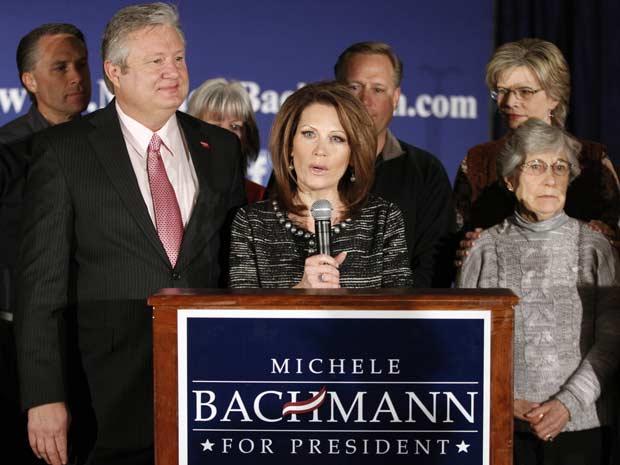 A repúblicana Michele Bachmann anuncia nesta quarta-feira (4) em West Des Moines, Iowa, o fim de sua pré-candidatura à presidência dos EUA (Foto: AP)