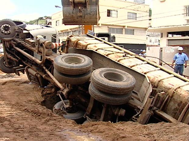 b400f59619311 Caminhao cai dentro de buraco em Vitória (Foto  Reprodução TV Gazeta)