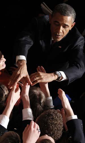 Obama cumprimenta pessoas após discursar na noite desta terça-feira (24) no Capitólio (Foto: AP)