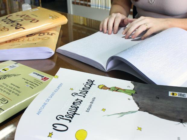 ddc50aa3e Títulos de livros são disponibilizado em braille para visitantes em Rio  Preto, SP (Foto