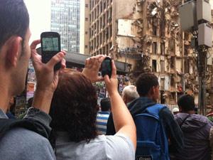 Com a Rua Treze de Maio já aberta aos pedestres, muita gente tirou foto da área do desastre (Foto: Thamine Leta/G1)