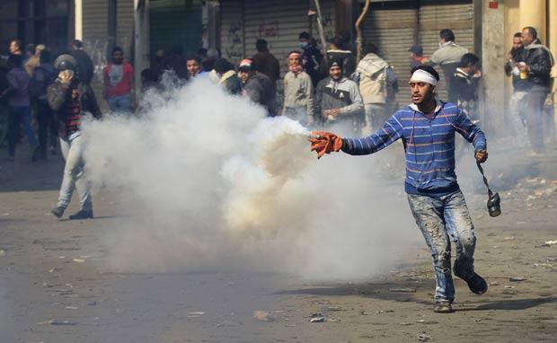 Manifestantes durante confronto com a polícia neste sábado no centro do Cairo. (Foto: Khalil Hamra/AP)