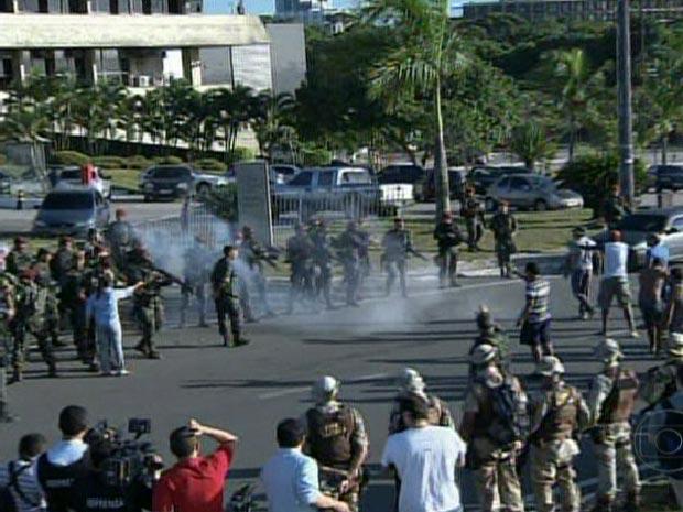 Confronto entre manifestantes e homens do Exército na manhã desta segunda-feira (6) (Foto: Reprodução/TV Globo)