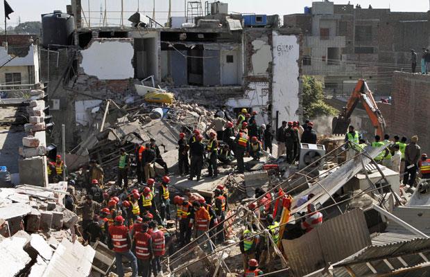 Equipes de resgate paquistanesas procuram por sobreviventes no loca do desabamento (Foto: K.M. Chaudary/AP)