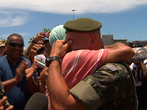 Aniversariante, general recebe bolo e saudações de manifestantes na BA (Foto: Imagens/ TVBA)