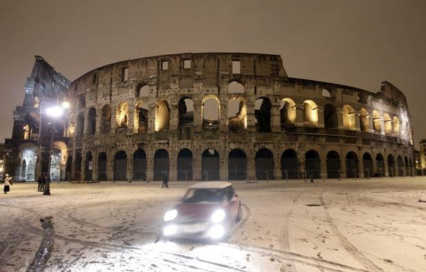 A Europa enfrenta um rigoroso inverno, que já provocou pelo menos 590 mortes nas últimas duas semanas. A situação mais grave é nos países do leste (Foto: AP)