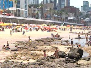 Praia movimentada em Salvador neste sábado (Foto: Reprodução/TV Bahia)