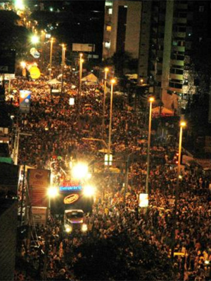 Bloco desce a Avenida Epitácio Pessoa (Foto: Walter Paparazzo/G1)