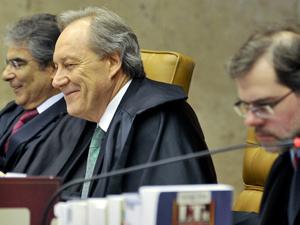 Os ministros Carlos Ayres Britto (à esq.) e Ricardo Lewandowski (centro), que votaram a favor da Ficha Limpa, e Dias Toffoli, que votou contra aplicação da lei, durante julgamento no STF (Foto: José Cruz/ABr)