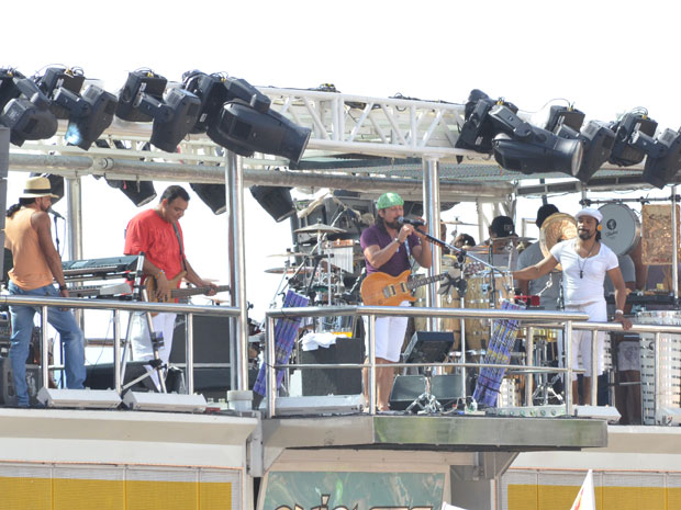 Bell Marques abre desfile com Nana Banana na tarde desta sexta-feira, em Salvador (Foto: Eduardo Freire/G1)