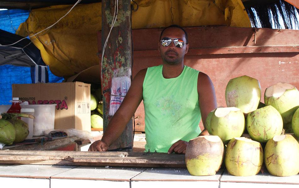Vendedor de coco Lucas Santana reclama da concorrência da 'piriguete' (Foto: Egi Santana/G1)