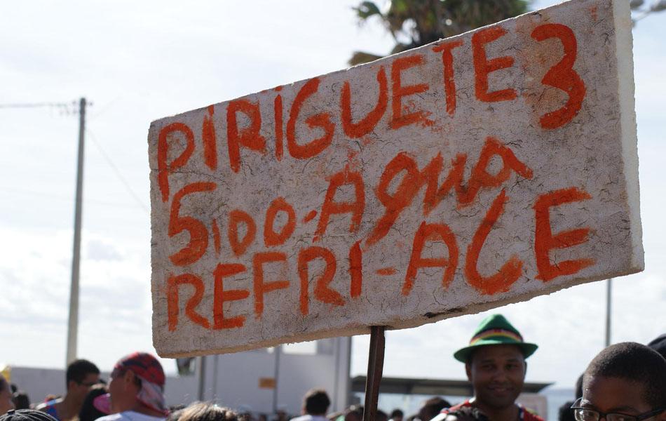 Cerveja 'piriguete' é vendida por R$ 2 a unidade; três saem por R$ 5 na 'promoção' (Foto: Egi Santana/G1)