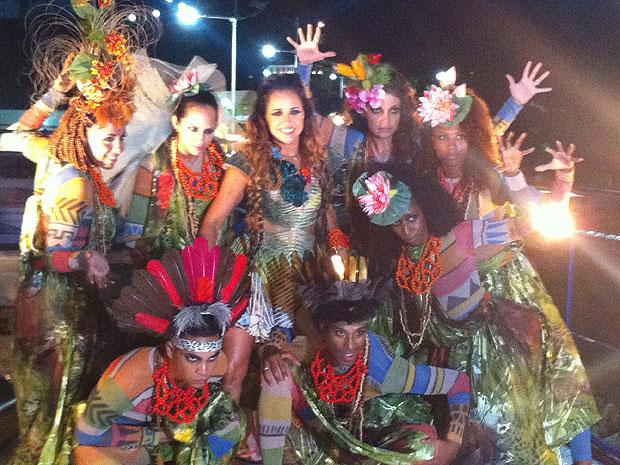 Daniela Mercury e bailarinos se preparam para subir no trio do bloco Crocodilo (Foto: Malu Verçosa/ Arquivo Pessoal)