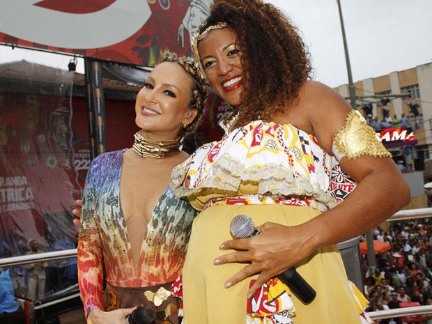 Claudia Leitte faz dupla de grávidas com a cantora Iracema, do Ilê Aiyê (Foto: Edgar de Souza/G1)