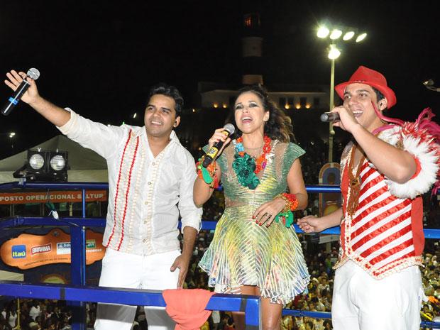 Daniela Mercury canta com Israel Paulain e Sebastião Jr., ex-levantador de toada e atual levantador de toada do boi Garantido, respectivamente (Foto: Jaílson Barbosa/G1)