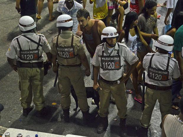 Cachorro segue policiais durante o trabalho de ronda no circuito Dodô, em Salvador (Foto: Eduardo Freire/G1)