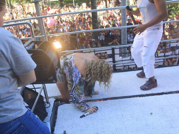 cantora cai no carnaval de salvador (Foto: Rodrigo dos Anjos/AgNews)