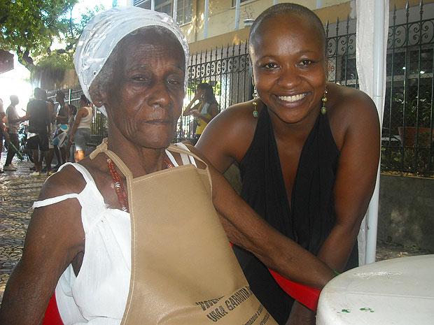 Atriz paulista Michelle Mattiuzzi fez questão de tirar foto ao lado da cozinheira baiana  (Foto: Lílian Marques/ G1)