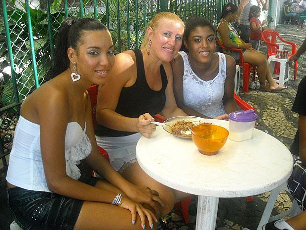 Enfermeira Márcia Gomes levou filhos e sobrinhos para comer a feijoada de dona Cleonice (Foto: Lílian Marques/ G1)