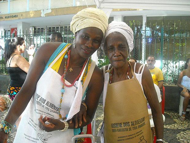 Dona Cleonice diz que faz a feijoada para vende no carnaval com a filha há dez anos (Foto: Lílian Marques/ G1)