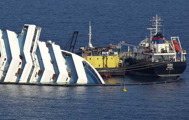 Combustível é retirado do Costa Concordia em 13 de fevereiro (Foto: AP)