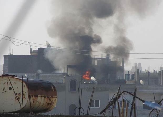 Bairro de Baba Amr, em Homs, sob ataque das forças do governo nesta terça-feira (21). A imagem foi fornecida por combatentes oposicionistas (Foto: AP)