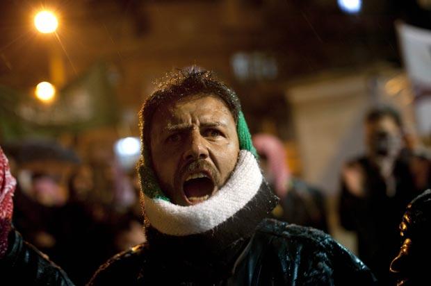 Manifestante protestam contra o governo de Assad nesta quinta-feira (1º) em Idlib (Foto: AP)