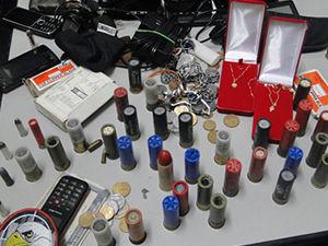 Objetos roubados foram recuperados durante a madrugada (Foto: Divulgação / PM)