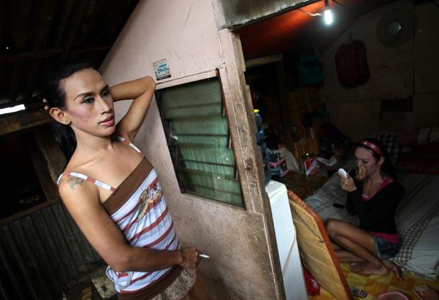 Ativistas estimam quer 7 milhões de transgêneros vivam no país, de 240 mihões de habitantes. O preconceito ainda impera, com transgêneros como Melda, de 27 anos (foto) sendo retratados pejorativamente na TV e no dia a dia (Foto: Dita Alangkara/AP)