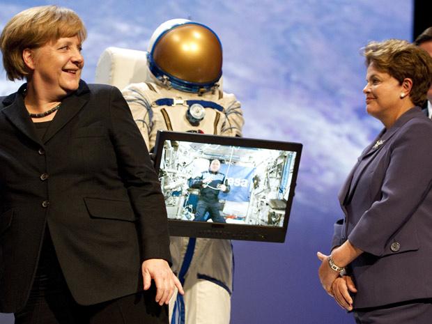 A chanceler Angela Merkel e a presidente Dilma Rousseff durante abertura da feira tecnológica Cebit, em Hannover, na Alemanha (Foto: Odd Andersen / AFP Photo)