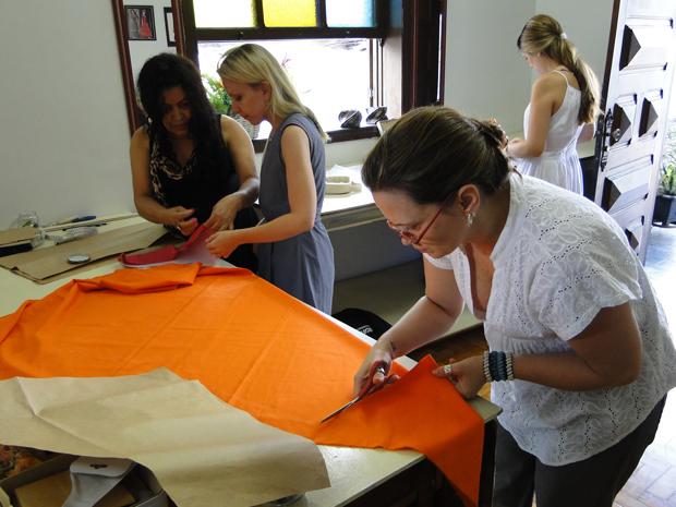 Laura Riz com as alunas Cristiane Cicarini, Eloiza Macedo e Liliane Colen. (Foto: Alex Araújo/G1)