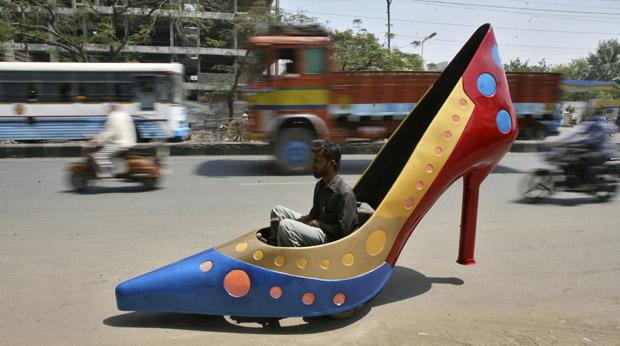 f1b51e8515 Homem testa carro em formado de sapato de salto alto em rua da cidade  indiana de