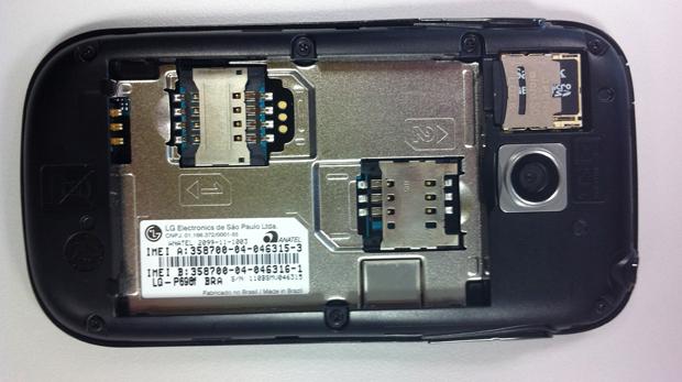 Smartphone LG Optimus Net Dual P698 traz espaço para dois chips. (Foto: Amanda Demetrio/G1)