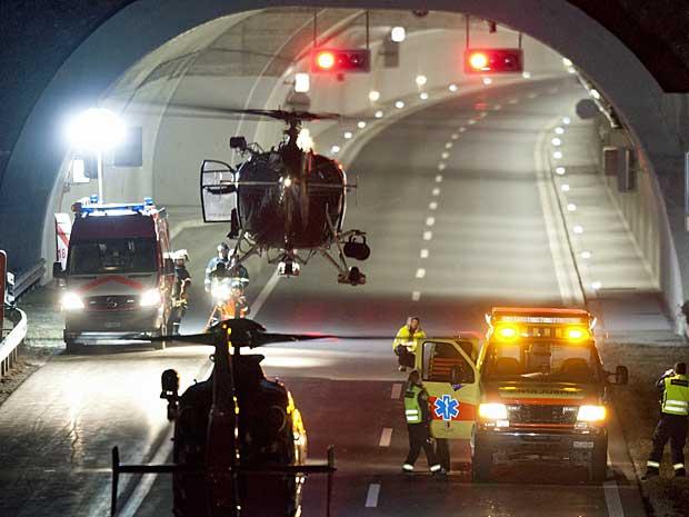 Helicóptero voaram dentro do túnel para agilizar no resgate de vítimas. (Foto: Keystone, Laurent Gillieron / AP Photo)