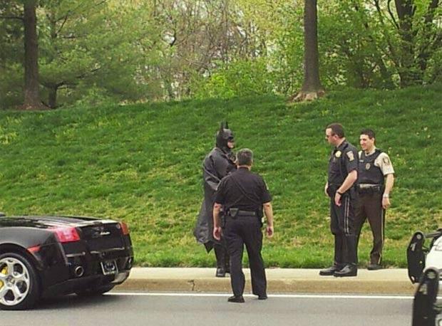 'Batman' conversa com os policiais após ser parado. (Foto: Divulgação/Montgomery County Police)