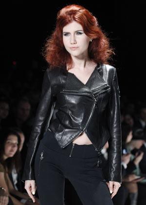 A ex-espiã Anna Chapman desfila durante Semana de Moda Russa, no último dia 22 de março (Foto: Misha Japaridze / AP)