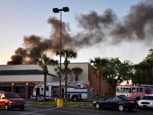 Avião bimotor caiu em supermercado; três feridos estão em estado grave (Foto: The Daytona Beach News-Journal, Peter Bauer/AP)